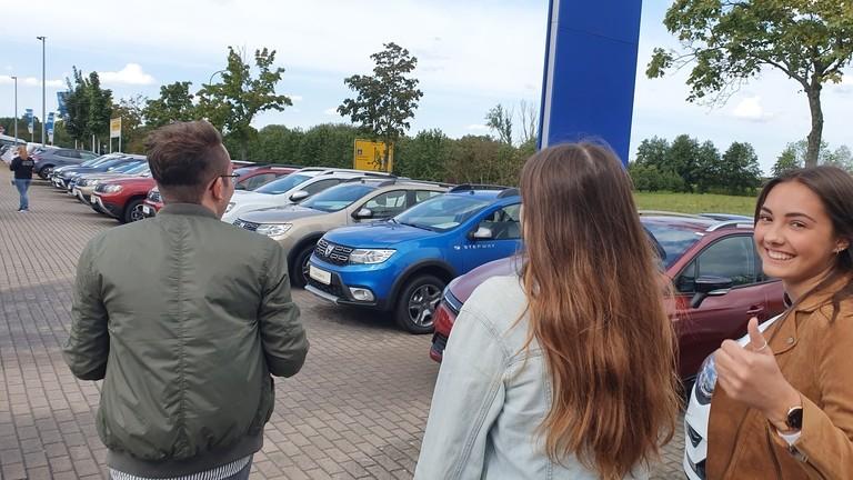 Menschen vor Renault Fahrzeugen
