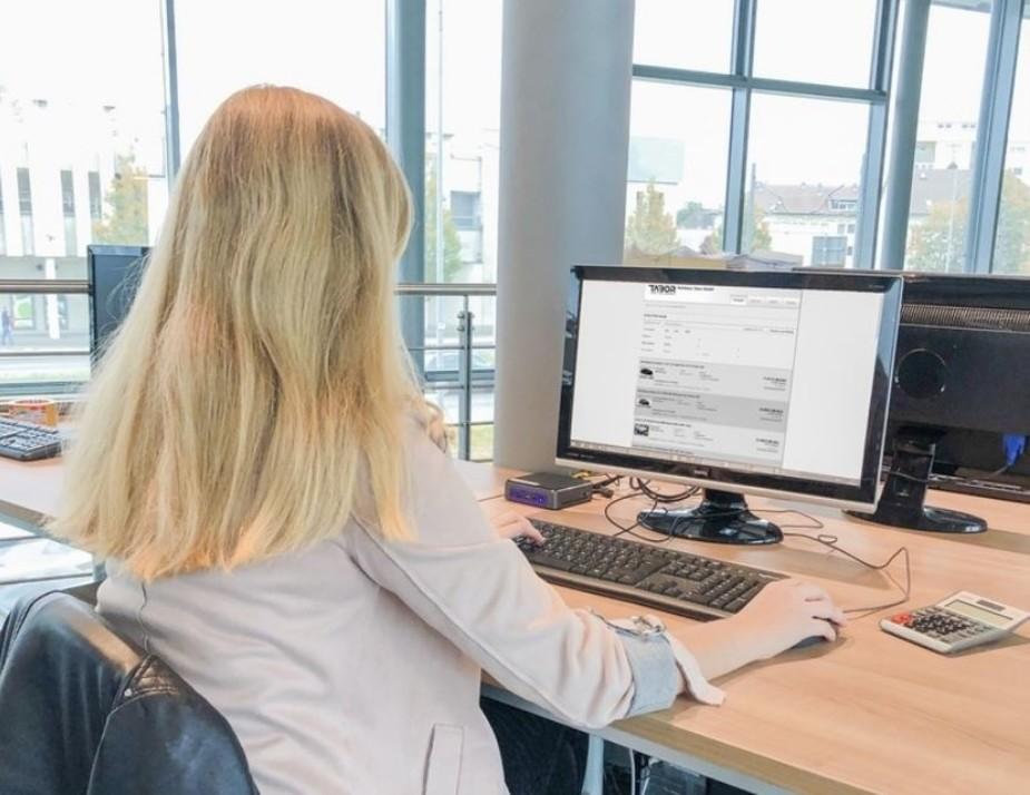 Frau am PC von hinten