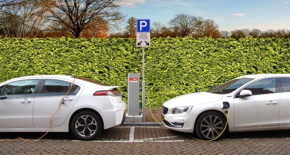 Elektroautos an Ladestationen