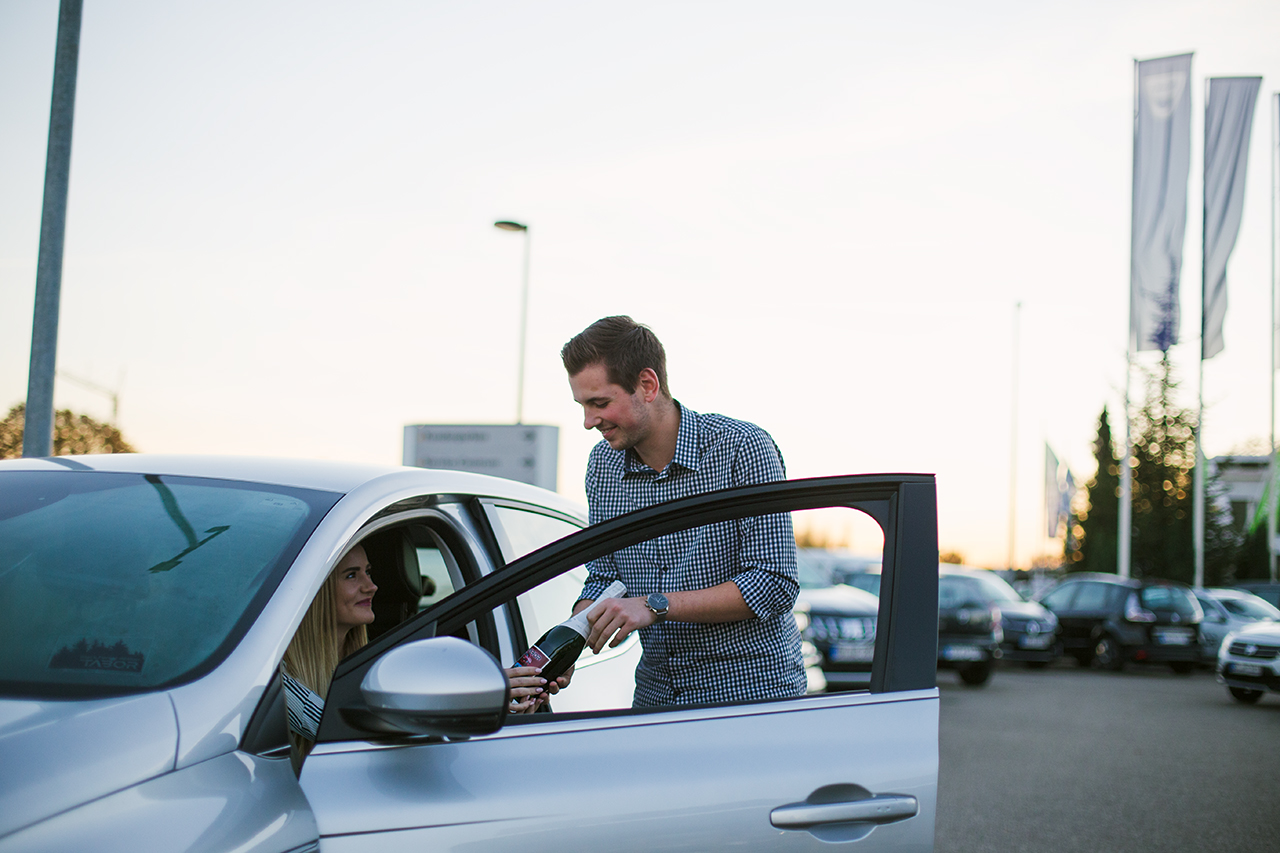 Die richtige Ausbildung für Autobegeisterte, die gerne in Kontakt mit Kunden stehen