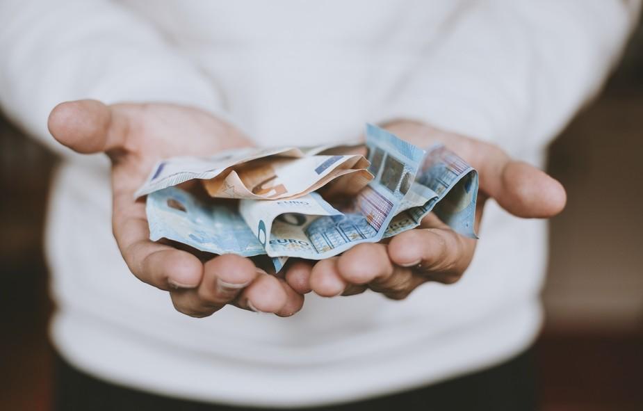 argent en main