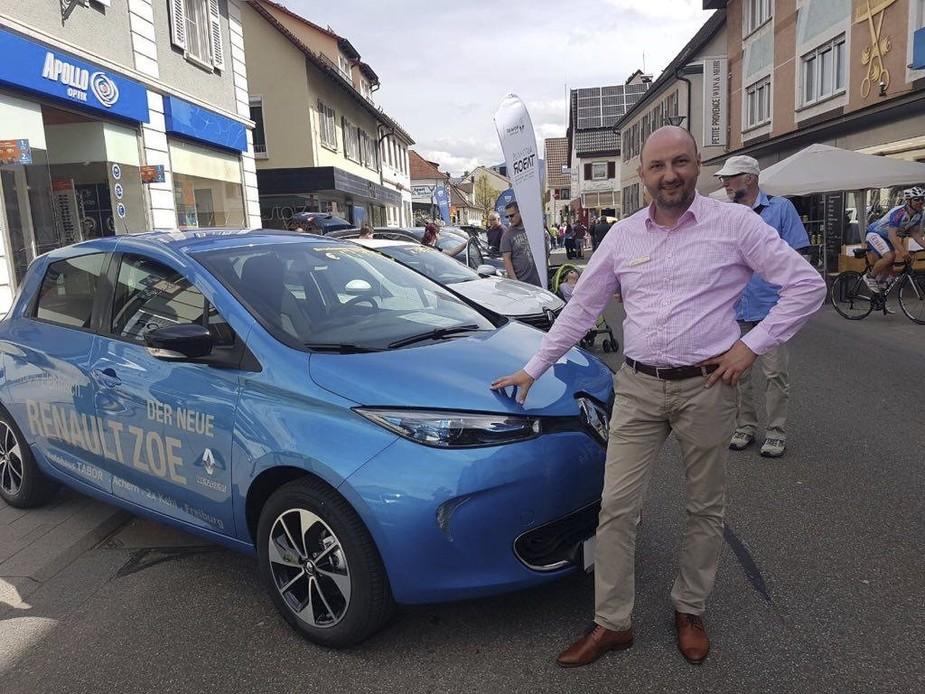 Mann vor blauem Renault ZOE